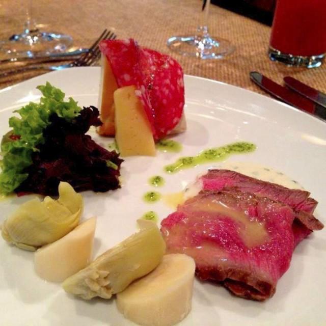 Antipasto roast beef, alcachofas y palmito con dressing de alcaparras y parmesano