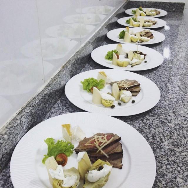 Antipasto roast beef, alcachofas y palmito con dressing de alcaparras y parmesano.
