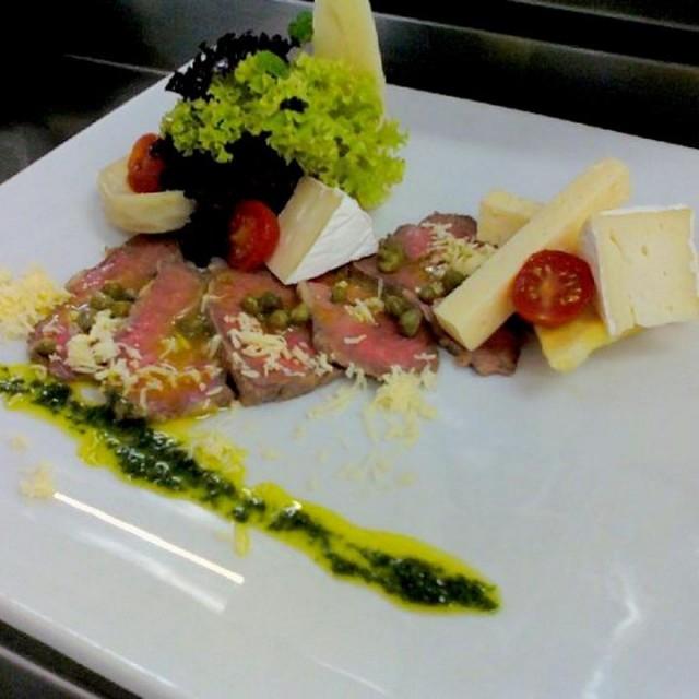 Antipasto roast beef, mix verde y quesos con pesto