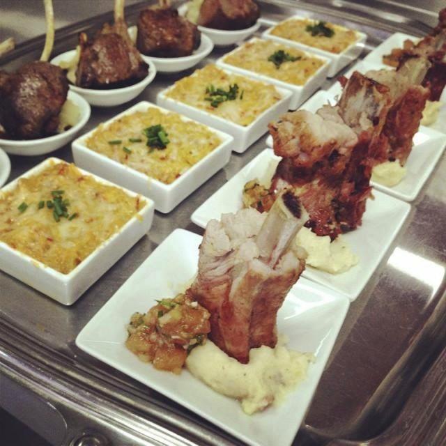 Cerdo con pure y pebre, pastel de jaiba y carre de cordero