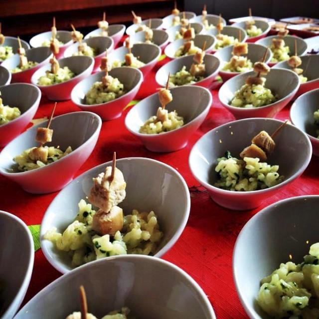 Dados de pollo con risotto de espinacas