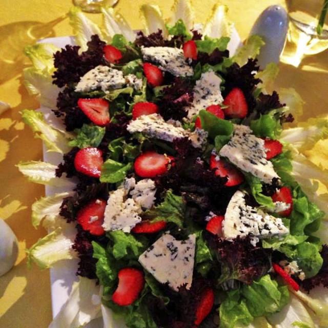 Mix de hojas verdes, frutillas y queso azul