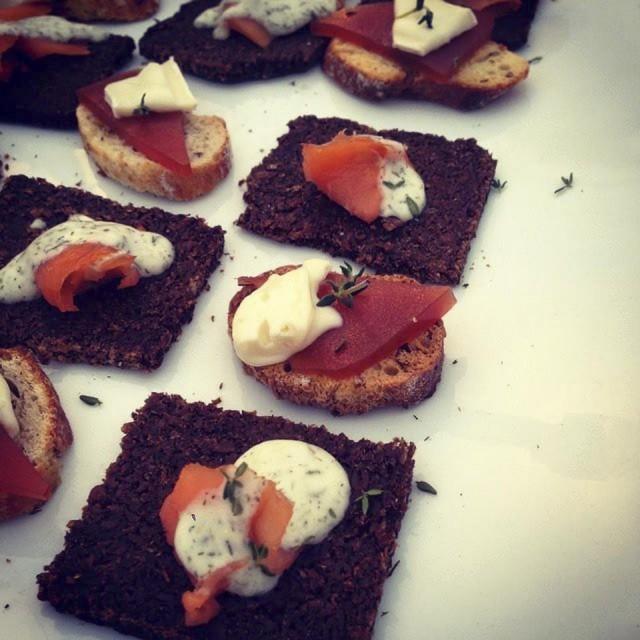 Pan negro con salmon, mousseline de eneldo y crostini de membrillo y queso brie